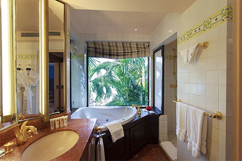 Beachfront hotel soaking tub